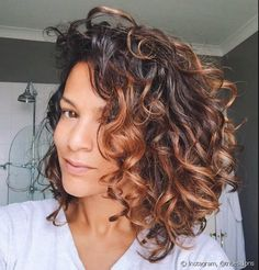 Bilder Kurze locken Frisuren für Damen // Bilder Kurze locken Frisuren für Damen // Si tu cabello se encrespa scam facilidad ymca simply no sabes qué hacer para evitarlo, estáersus leyendo el artículo correcto. Colored Curly Hair, Curly Hair Cuts, Short Curly Hair, Curly Hair Styles, Natural Hair Styles, Curly Hair Colours, Curly Medium Length Hair, Ombre Curly Hair, Short Pixie