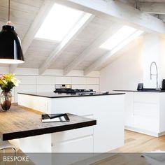 Der Platz in der Dachgeschosswohnung wurde optimal ausgenutzt, die helle offene Küche passt sich perfekt seiner Umgebung an. Eingerichtet von Innenarchitekt BESPOKE Stefan Neubrand aus München. #Küche #Dachgeschoss #weiß