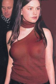 Anna_Paquin_thin_red_single-strap_shirt.png (267×400)