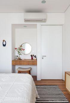 Quarto de casal com penteadeira embutida em nicho na parede tem espelho redondo e vaso de flores. Home Bedroom, Bedroom Decor, Bedroom Ideas, Bedrooms, Urban Outfiters Bedroom, Dream Rooms, House Rooms, New Room, Room Inspiration