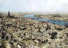 La ciudad de Colonia, Alemania en Abril de 1945. Colonia era una de las ciudades más industrializadas de Alemania. Los bombardeos aliados comenzaron en 1940 y se extendieron hasta 1945. El bombardeo más grande tuvo lugar en Agosto de 1944 donde 348 aviones descargaron más de 9000 bombas. En la foto se notan los puentes destruidos como así también gran parte de la zona sur de la ciudad.