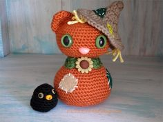 Free crochet amigurumi scarecrow cat and crow pattern. Adorable free crochet scarecrow cat pattern download for fall decorating.