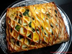 Receita Folhado de Bacalhau Ingredientes: 500g de Bacalhau 1 Molho de Grelos de Couve 5 Ovos 1 Cebola 3 Dentes de Alho...