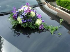 autobloemstuk paarstinten Bridal Car, Wedding Car Decorations, Wedding Ceremonies, Corsages, Diy Wedding, Floral Arrangements, Wedding Planning, Parties, Weddings