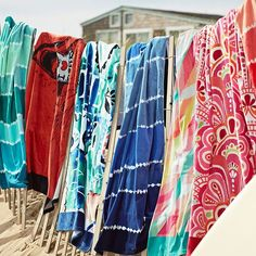 A laid-back, retro look makes this towel a must-have for seaside or pool. Diy Tie Dye Shirts, Bleach Tie Dye, Striped Towels, Retro Look, Beach Towel, Color Splash, Pbteen, Pink, Cotton