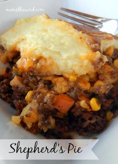 I make a great one close to this recipe - I'm going to try it This Shepherd's Pie is made with ground beef, cheese and veggies, topped with creamy mashed potatoes. It's quick and easy and can even be frozen making for a quick freezer meal! Tater Tot Casserole, Tater Tots, Casserole Dishes, Casserole Recipes, Beef Dishes, Food Dishes, Main Dishes, Freezer Meals, Easy Meals