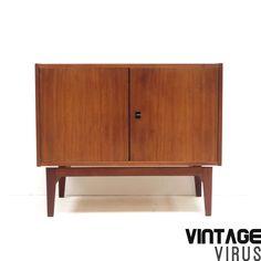 Vintage dressoirkastje / dressoirtje met mooi onderstel gemaakt van teakhout uit de jaren '60.  Afmetingen: Breedte: 80 cm Diepte: 40 cm Hoogte: 67 cm