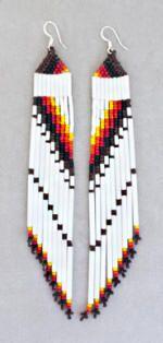 Lange / diagonale Pyramidenohrringe in Weiß / Flamme / Braun , Beaded Earrings Native, Beaded Earrings Patterns, Native Beadwork, Jewelry Patterns, Beading Patterns, Native American Earrings, Native American Beadwork, Beaded Crafts, Handmade Beaded Jewelry