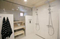 * Lisää Seinäjoen Asuntomessutunnelmia, otetaan nyt ilo irti kun kauniita koteja riittää ihmeteltäväksi. Aikaisemmin olen esitellut teille Kotolan ja Talo Koskelan, nyt on vuorossa edelleen puutalo, mutta tunnelmaltaan hyvin erilainen … Bathroom Toilets, Bathroom Cleaning, Saunas, Konmari, Future House, New Homes, Bathtub, Black And White, Sauna Ideas