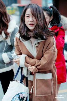 상암 I.O.I 역조공 이벤트 ioi 김세정 직찍 출근길부터 아이추워 표정 이모티콘이야 >< Kim Sejeong, Jellyfish Entertainment, K Pop Star, Female Stars, Girls Generation, Girl Group, Beautiful Pictures, Kpop, Style Inspiration
