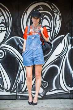 Les plus beaux streetlooks de la Fashion Week de New York  Call me crazy, but is the 90's grunge coming back in style? I would get made fun of if I wore this.