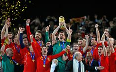 2010 FIFA World Cup. Spain´s Goalkeeper Iker Casillas holds up the World Cup Trophy. In that moment, Spain was the happiest country in the world. World Cup Champions, We Are The Champions, World Cup 2018, Fifa World Cup, Samba, History Of Soccer, World Cup Trophy, Best Player, Goalkeeper