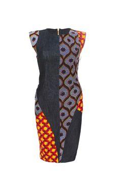 YALERRI - Robe jean droite, empiècements géométriques et asymétriques de wax assortis et de jean. Encolure ronde, mancherons en wax. 100% Coton