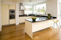 cucina solo basi e colonne, tutto liscio con dettaglio industriale ...