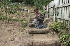 Eine Naturtreppe aus Holz bauen und mit kleinen Steinen oder Splitt ausfüllen
