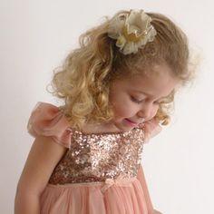 Precioso clip de pelo para las princesas de la casa. Con esta coronita con tutu de tul y perlitas incorporados, tus peques se sentirán como en un cuento de hada