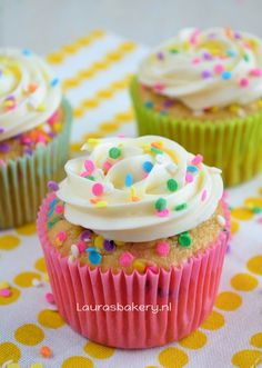 Confetti cupcakes Donut Cupcakes, Yummy Cupcakes, Birthday Cupcakes, Cupcake Cakes, Vanille Cupcakes, Confetti Cupcakes, Yummy Treats, Sweet Treats, Sweet Pastries