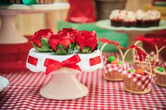 Festa tema Picnic para irmãos | Macetes de Mãe Party Themes, Cake, Cakes, Candy Table, Cool Ideas, Red Riding Hood, Food Cakes, Sweet Treats, Party