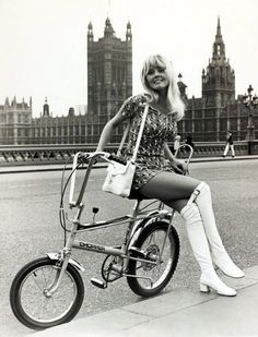 Bom dia babes - Womens Bicycle - Ideas of Womens Bicycle - Girl sitting on a Chopper bicycle Westminster Bridge London 60s And 70s Fashion, Retro Fashion, Vintage Fashion, Woman Fashion, Gothic Fashion, Raleigh Chopper, Style Année 60, Vintage Outfits, Dress Vintage