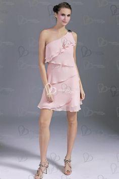 La robe de cockail est en mousseline de soie tres légère, avec les volants asymétriques, très originale et élégante. la dénudée asymétrique sur les épaules.