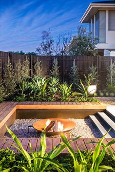 DIY fire pit designs ideas - Do you want to know how to build a DIY outdoor fire pit plans to warm your autumn and make s'mores? Find inspiring design ideas in this article. Fire Pit Backyard, Backyard Patio, Backyard Landscaping, Backyard Seating, Landscaping Ideas, Modern Backyard, Modern Landscaping, Modern Deck, Backyard Fireplace