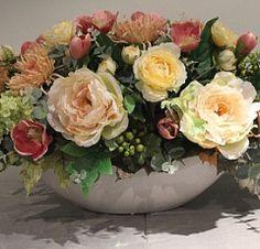 Композиция из искусственных цветов в персиковых тонах