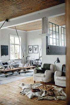 salon de style campagne chic avec deux tables basses en bois et tapis fourrure