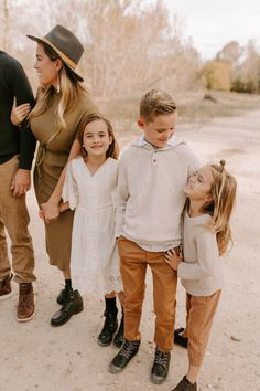 Papanikolas Family — Idaho Wedding and Family Photographer Fall Photo Shoot Outfits, Fall Family Picture Outfits, Family Picture Colors, Fall Family Pictures, Fall Photos, Family Pics, Fall Outfits, Outdoor Family Photos, Boho Vintage