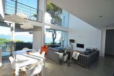 Light living-room in front of the sea.