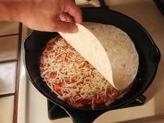 3 Zutaten, 10 Minuten und BÄMM: Fertig ist die schnellste selbst gemachte Pizza der Welt.
