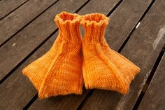 """child's Pattern: Duck slippers by Jeny Staiman, from Knitty Spring/Summer 2010 Yarn: BMFA Socks That Rock Lightweight, """"Sunstone""""Needles: / KP ci. Knitting Projects, Crochet Projects, Knitting Patterns, Crochet Patterns, Crochet Crafts, Diy Crafts, Col Crochet, Knitting Socks, Sewing Tips"""