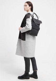 """""""Mehr als nur praktisch: Lederrucksäcke verleihen meinen Outfits einen coolen Ninetes-Charme."""" Lässig-sportlicher Rucksack für jeden Tag. Whistles Rucksack - black für 194,95 € (11.11.15) versandkostenfrei bei Zalando bestellen."""