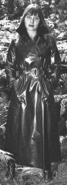 Raincoats For Women Simple Code: 9502650623 Black Raincoat, Pvc Raincoat, Plastic Raincoat, Hooded Raincoat, Black Mac, Black And White, Vintage Leather, Vintage Black, Vintage Style