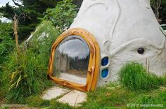 Evelyne Adam builds tiny lime and hemp bubble shelters in France.