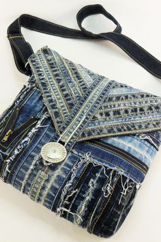 Patchwork Bags, Denim Patchwork, Quilted Bag, Denim Bags From Jeans, Denim Purse, Denim Pants, Blue Jean Purses, Denim Bag Patterns, Patchwork Patterns