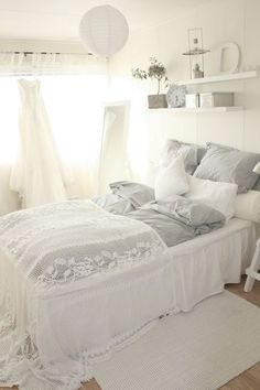 ℒ i n e n s. Love the white lace overlay on the bed. Just a lovely room. White cottage decor.