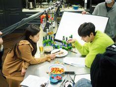 """Lee Min Ho y Jun Ji Hyun hacen reír al equipo de """"The Legend Of The Blue Sea"""" mientras actúan ebrios en tomas del detrás de cámaras via @soompi"""