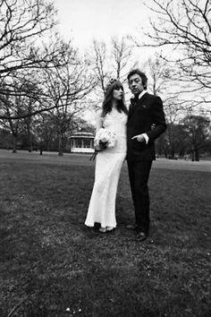 Jane Birkin e Serge Gainsbourg il giorno del loro matrimonio Serge Gainsbourg, Gainsbourg Birkin, Poppy Delevingne, Celebrity Wedding Dresses, Celebrity Weddings, Celebrity Style, Style Jane Birkin, Bianca Jagger, Vintage Couples