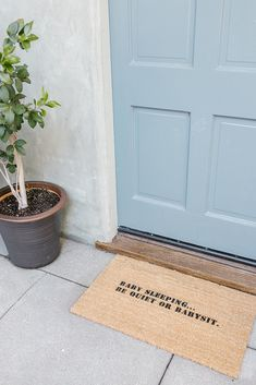 DIY: Stenciled Statement Welcome Mat – Diy Poject Ideas Stencil Diy, Stencils, Welcome Quotes, Home Quotes And Sayings, Welcome Mats, Diy Party Decorations, Diy On A Budget, Diy For Kids, Diy Art