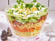 Unser beliebtes Rezept für Schichtsalat mit Nudeln und Kasseler und mehr als 55.000 weitere kostenlose Rezepte auf LECKER.de.