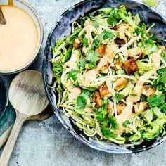 """Kompa slingriga zoodles, alltså nudelsvarvad zucchini, och krispiga groddar med krämig avokado i en smakfull """"bowl"""" – en skål med läckert innehåll. Addera krispigt stekt tofu som fått marinera i lönnsirap, soja och sesamolja. Och så en smakrik dressing till det!"""