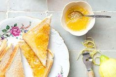 Deze citroenmarmelade heeft een friszure smaak maar is gelukkig ook lekker zoet. Eet hem op knisperverse toast.