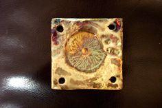 Moderno laboratorio,che crea oggetti in ceramica raku, un'antica tecnica giapponese risalente al XVI secolo, dove la bellezza della materia e dei caratteristici lustri metallici sono il risultato di un'alchimia che rende ogni opera unica.