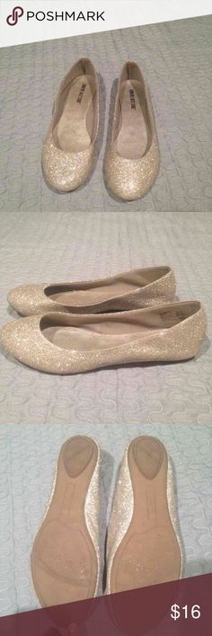 Gold Flats These shoes are perfect for to pair with your New Years outfit. Shoes Flats & Loafers