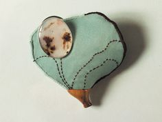 Achates Algae 2004. Brooch height 73 mm. Silver, agate, silk, wood, polystyreen. Private collection.