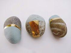 Teknikken er super enkel, men når du først kommer i gang, kan du blive ved i… Stone Crafts, Rock Crafts, Wood Stone, Stone Art, Stone Painting, Diy Painting, Painted Rocks Craft, Painted Stones, Renaissance Jewelry