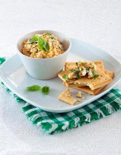 Punainen pesto-raejuustolevite valmistuu näppärästi leivän tai vaikka voileipäkeksien seuraksi.