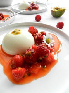 Panna cotta au chocolat blanc, fraises et fruit de la passion
