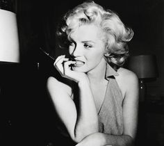 Marilyn Monroe Had Plastic Surgery, New Medical Records Indicate.Marilyn Monroe is legendary for her natural beauty, but newly surfaced medical records suggest she went under the knife for cosmetic reasons. Marylin Monroe, Marilyn Monroe Frases, Fotos Marilyn Monroe, Marilyn Monroe Poster, Young Marilyn Monroe, Hollywood Icons, Old Hollywood, Hollywood Glamour, Maquillaje Pin Up