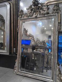 Miroir ancien Prix : 1 400 € Époque : 19e siècle Provenance : Paris Dimensions : l. 105 cm X H. 165 cm